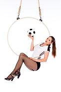 Die Künstlerin Mareike Koch präsentiert Akrobatik am Luftring zum Thema Fußball