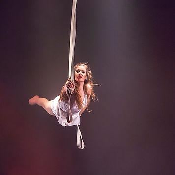 Künstlerin der Luftakrobatik an den Stapaten bei einer Show