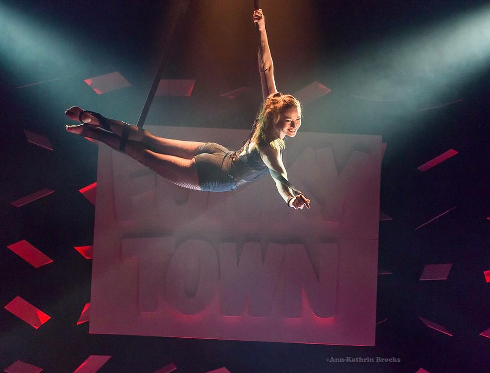 Artistin und Akrobatin Mareike Koch bei ihrer Luftakrobatik im GOP Varieté Theater