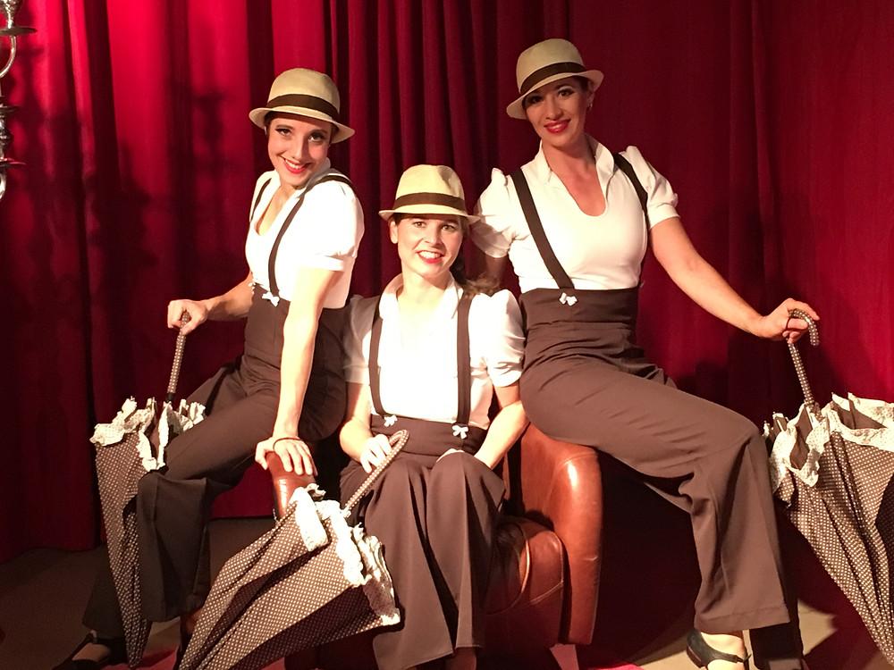 3 Tänzerinnen performen bei einer Gala Veranstaltung eine Swingtanz Tanzshow im Stil der goldenen 20er Jahre