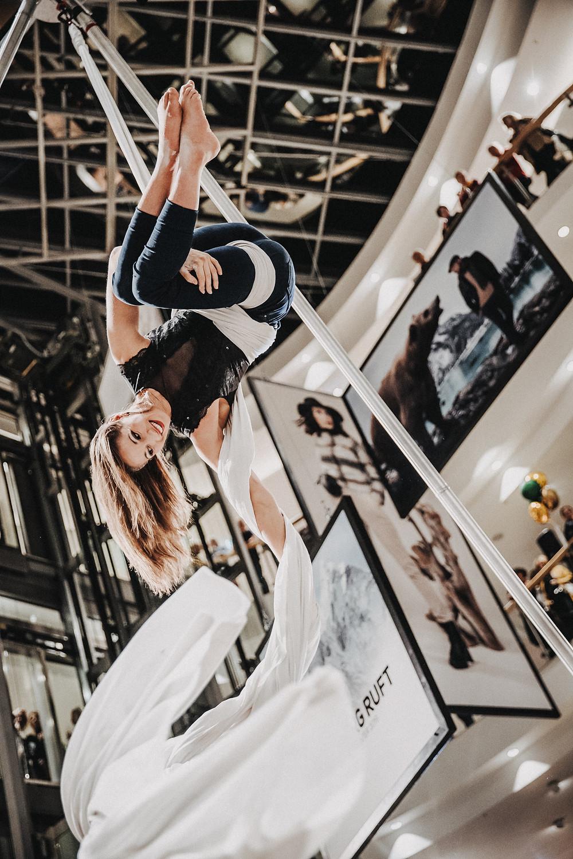Akrobatik in der Luft von der Artistin Mareike Koch bei der Fashionnight bei Leffers in Oldenburg. Sie performt ihren Showact Skyfall am Vertikaltuch