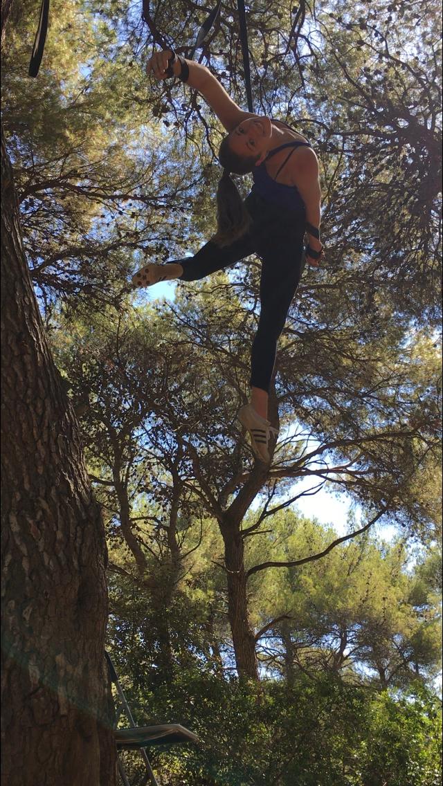 Luftakrobatik outdoor am Baum, Mareike Koch ist Akrobatin und Künstlerin für Shows und Events, outdoor und indoor
