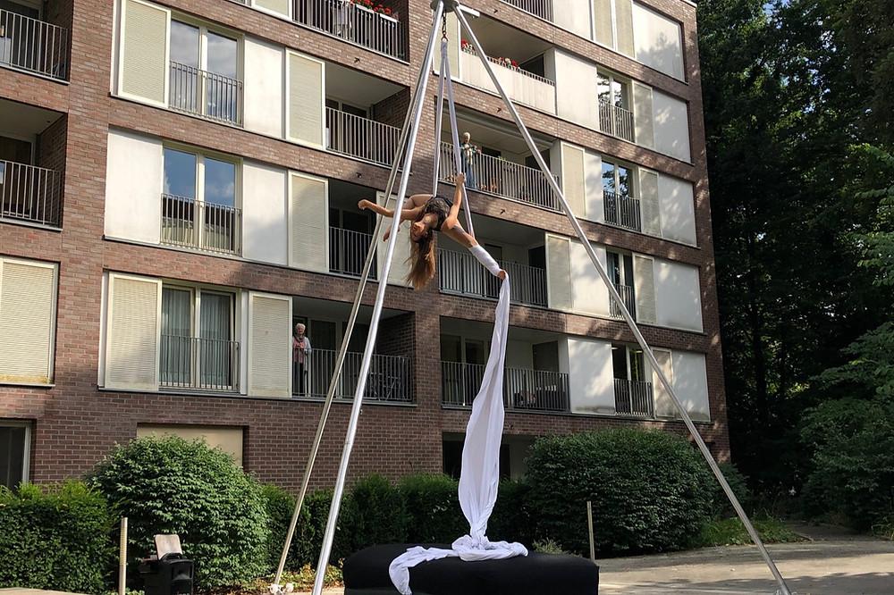 Die Akrobatin Mareike Koch vollführt eine Artistik Show am Vertikaltuch