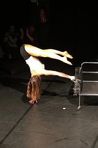 Ein Mischung aus Tanzakrobatik, Tanz, Kontorsion und Schlangenfrau, die Künstlerin Mareike Koch bei einem Event