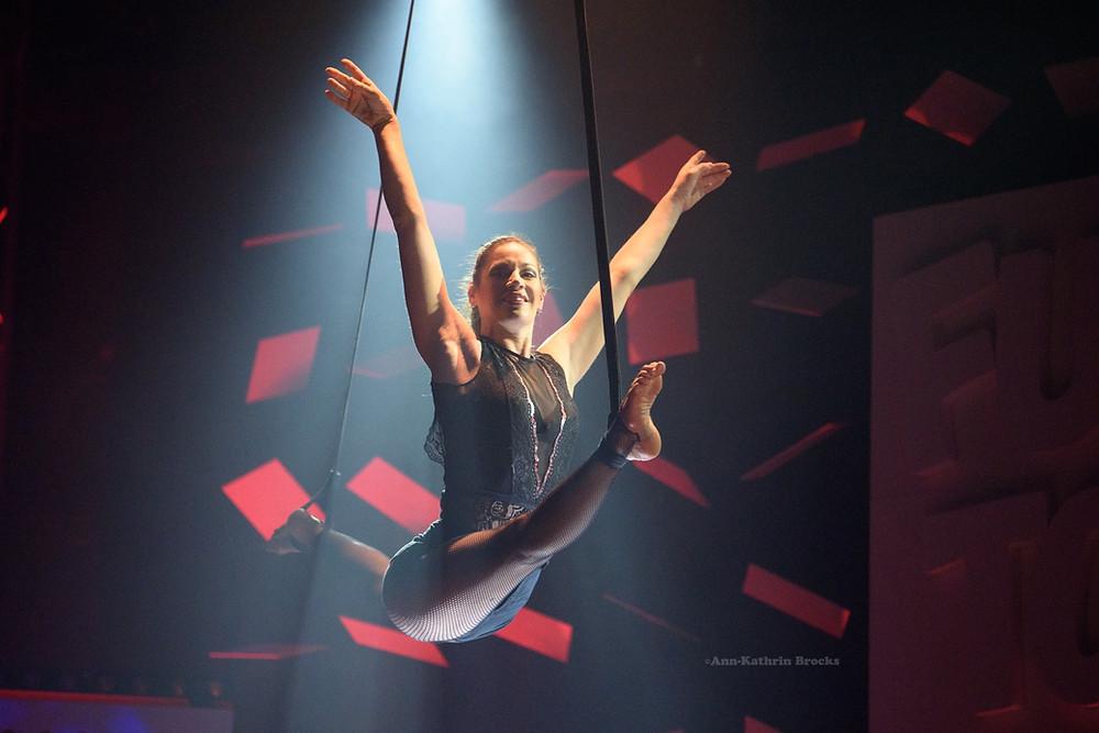 Artistik und Luftakrobatik performt von Mareike Koch bei einer Show im GOP Varieté Theater