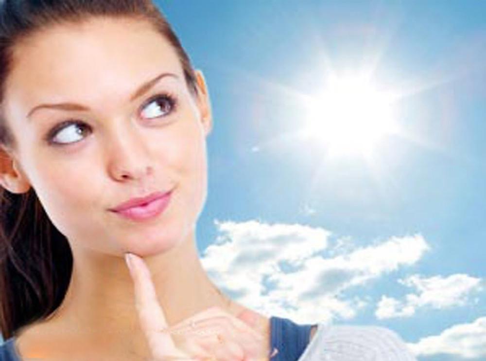 Étudiante en naturopathie s'informant sur le soleil