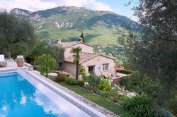 Blick vom Pool über das Haus ins Tal