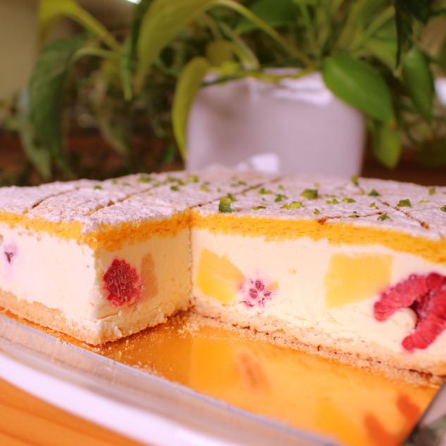 当店の一番人気・7月ホールケーキ・スリー