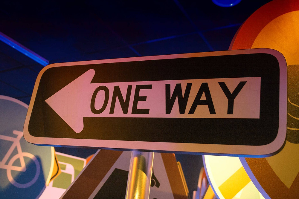 panneau qui indique un direction
