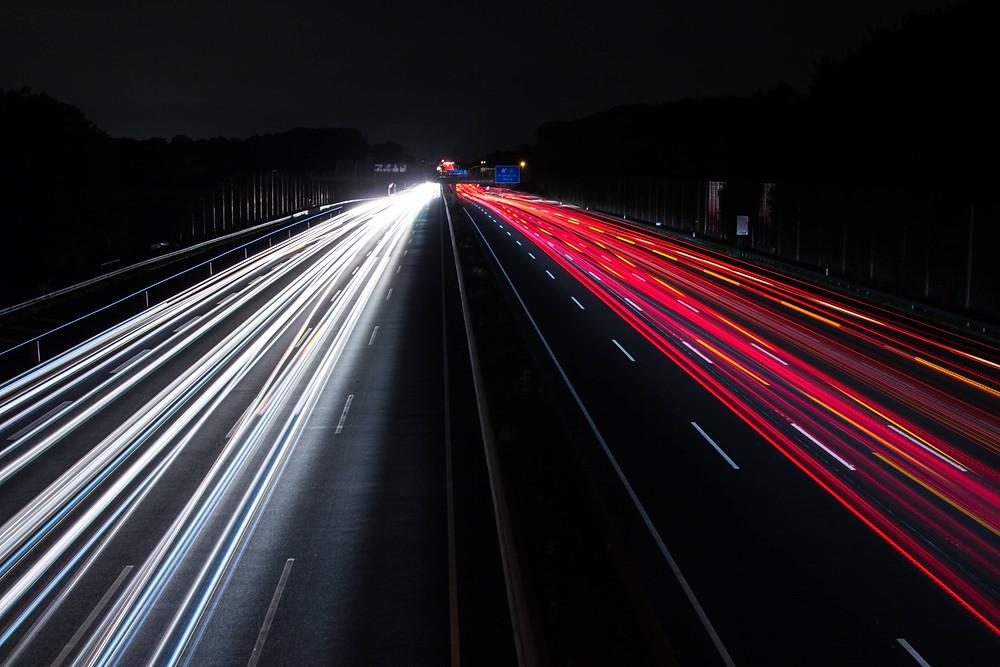 photo d'autoroute avec des lumières qui indiquent la vitesse