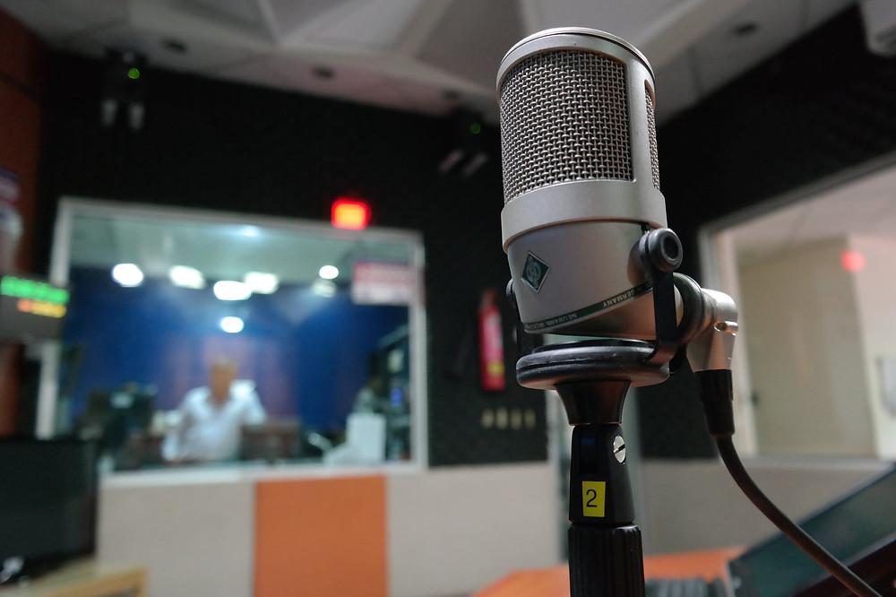 photo d'un micro dans un studio d'enregistrement