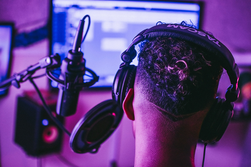 homme avec micro casque dans home studio