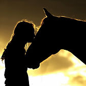 une femme et un cheval photo