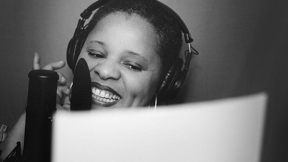 photo de Gladys Boucaud comédienne voix off devant un micro