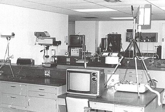 聖地牙哥實驗室裡,巴克斯特測量植物感應的各種器具