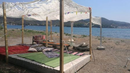 Loungen aan het strand