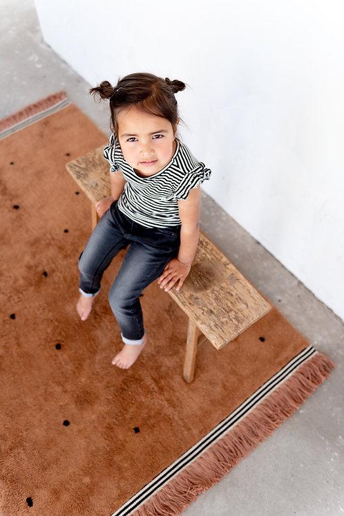 שטיח מלבני חום עם נקודות שחורות
