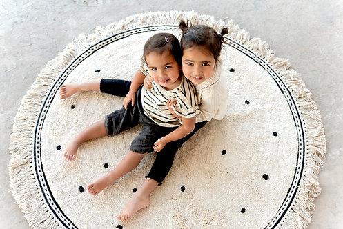 שטיח עגול בצבע לבן עם נקודות
