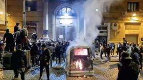 Condannare ma non sottovalutare la guerriglia di Napoli