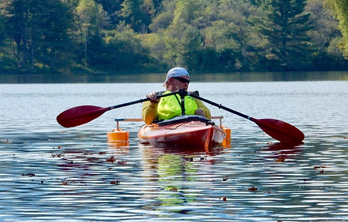 Paddling a kayak with one hand