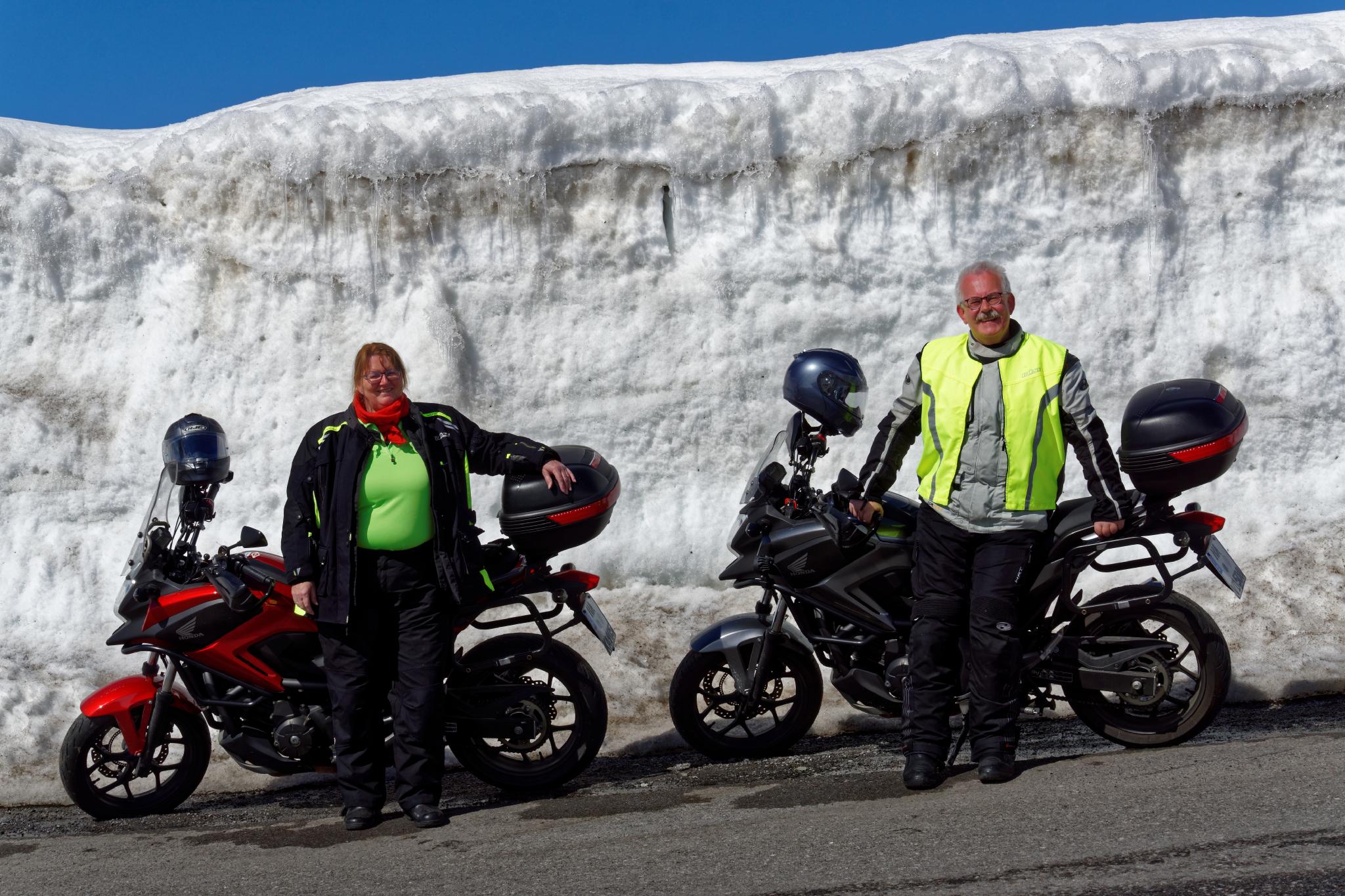 Motorradtour an Schneewänden entlang