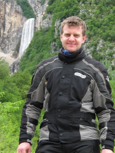 Dominik Spitz - Tourguide bei ROOKiE-TOURS Motorradreisen. Pause bei einem leckeren Latte am Gardasee.