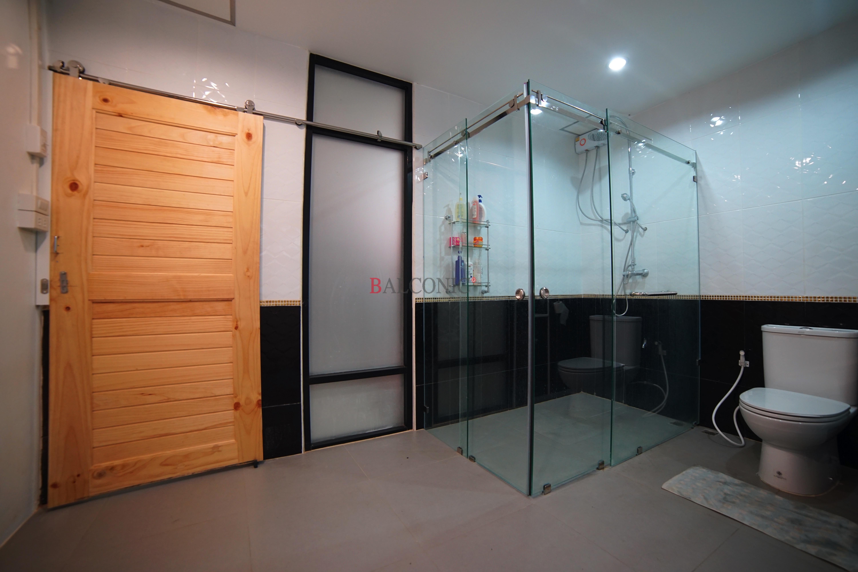 ฉากกั้นอาบน้ำ ประตูไม้รางแขวน