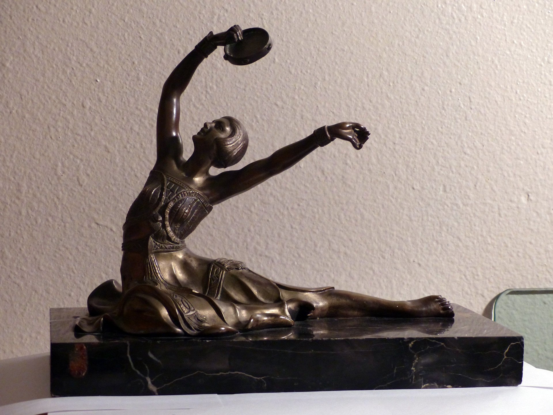 Tanzerin mit Tambourin c. 1930 Patinated bronze Signed on marble base