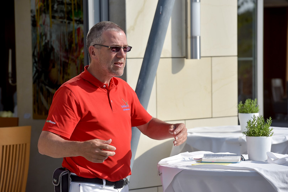 Karsten Gosse spricht während des Golfer-Frühstücks in einem Impuls über die Verbindung von Golf und Glauben