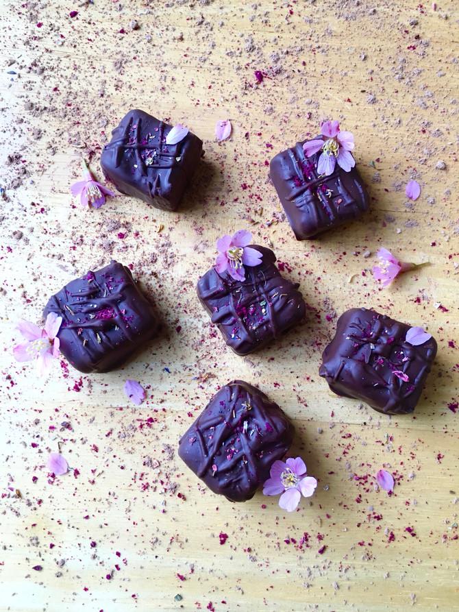Silky Caramel Chocolate Pralines (vegan, raw, gluten & grain free)