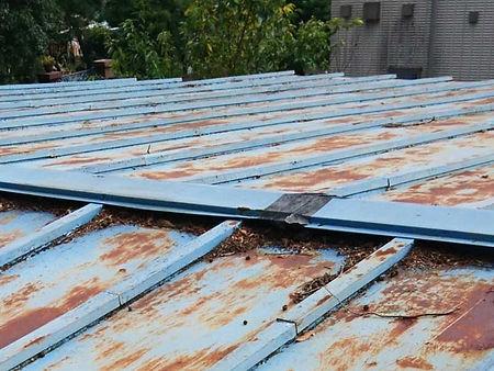 トタン屋根塗装の施工例(施工前)