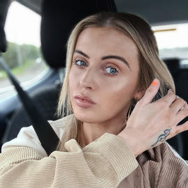 Soft bronzed make-up