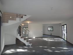 Intérieur maison escalier béton