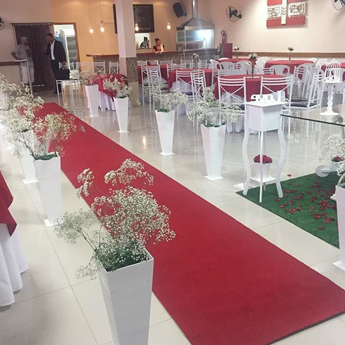 Tapete vermelho até o altar