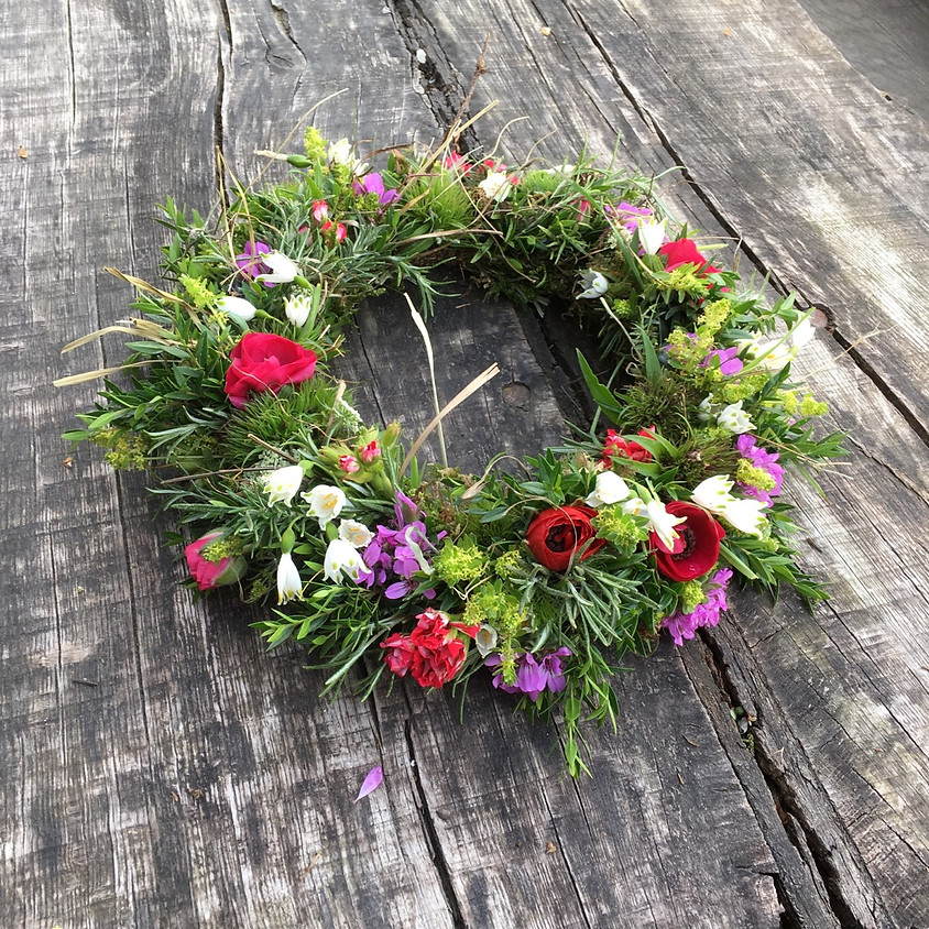 Kränze Vielfalt aus gesammelten Blüten und Kräutern