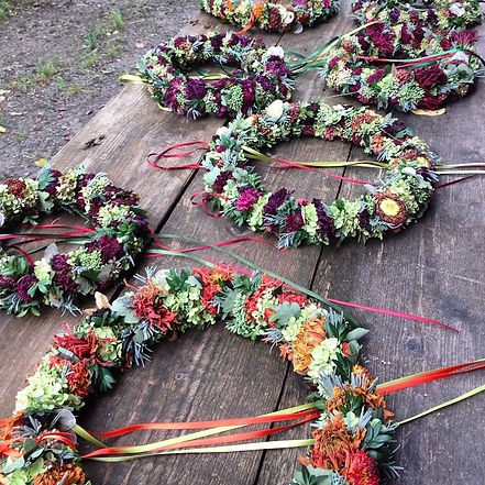 Herbstkränze_mit_blüten_und_kräutern.