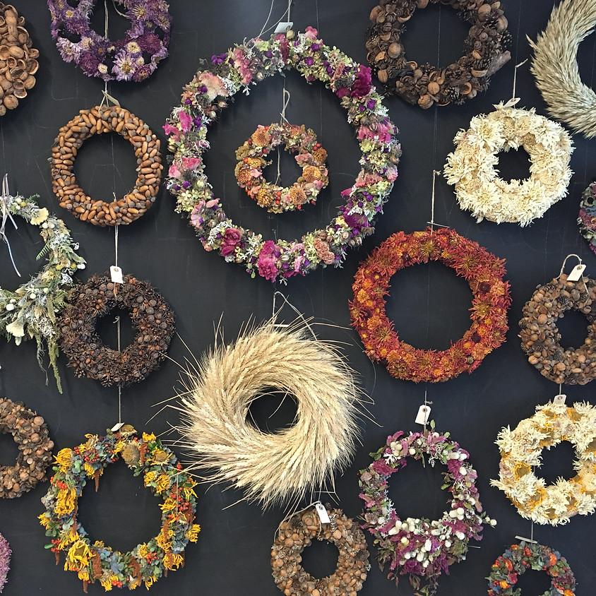 Wilde Kränze aus gesammelten Blüten und Kräutern