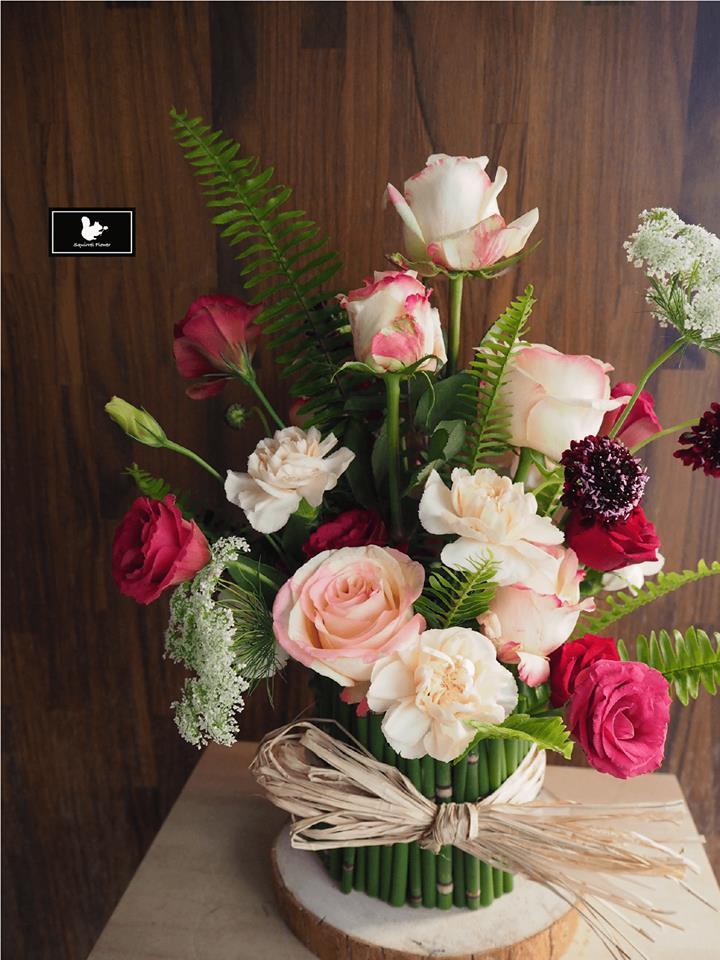 站立式粉白色盆花