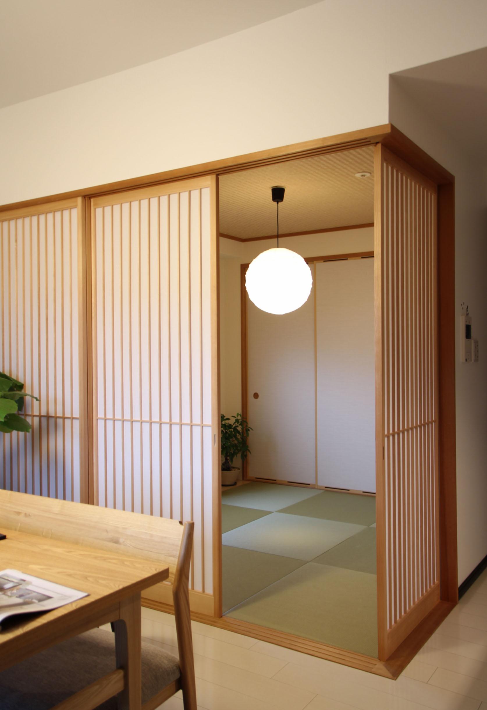 特徴のある格子のデザインを設けた和室