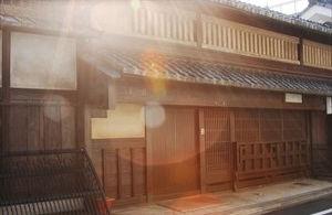 太陽に照らされた京町屋