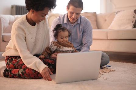 Familie vor Computer.jpeg