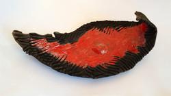 plat émail rouge et relief noir