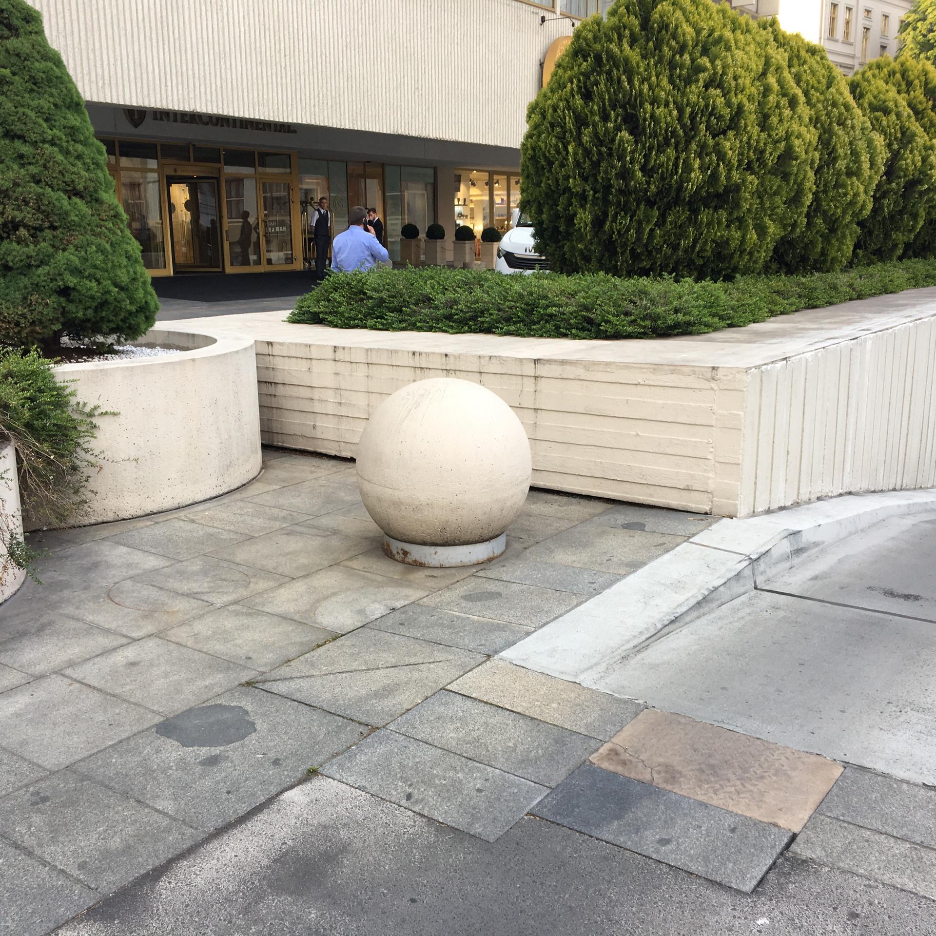 Gap over big ball