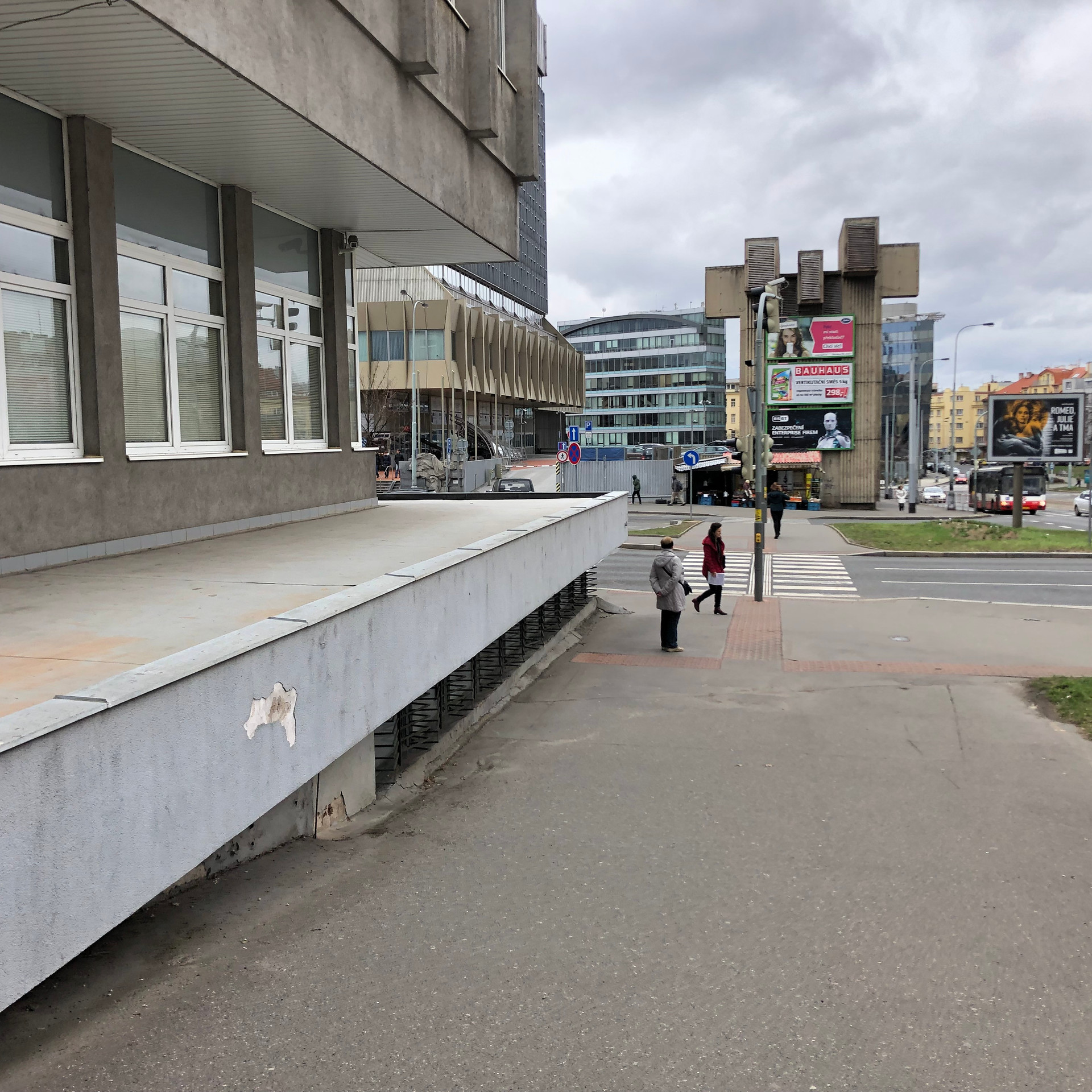 Gap over the ledge  