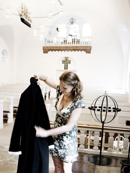i og ud af kjolen