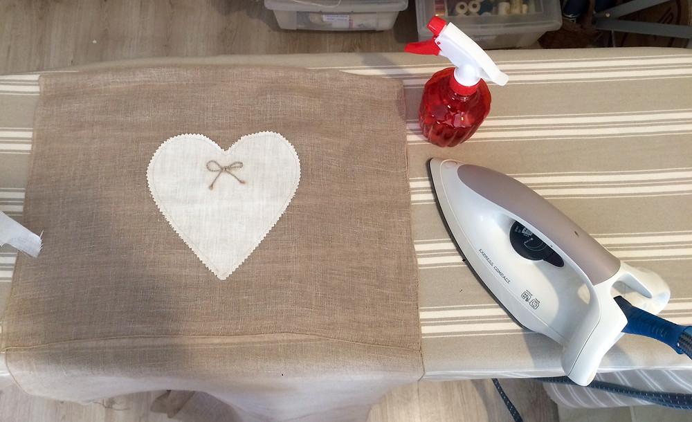 strumenti per stirare le tende di lino