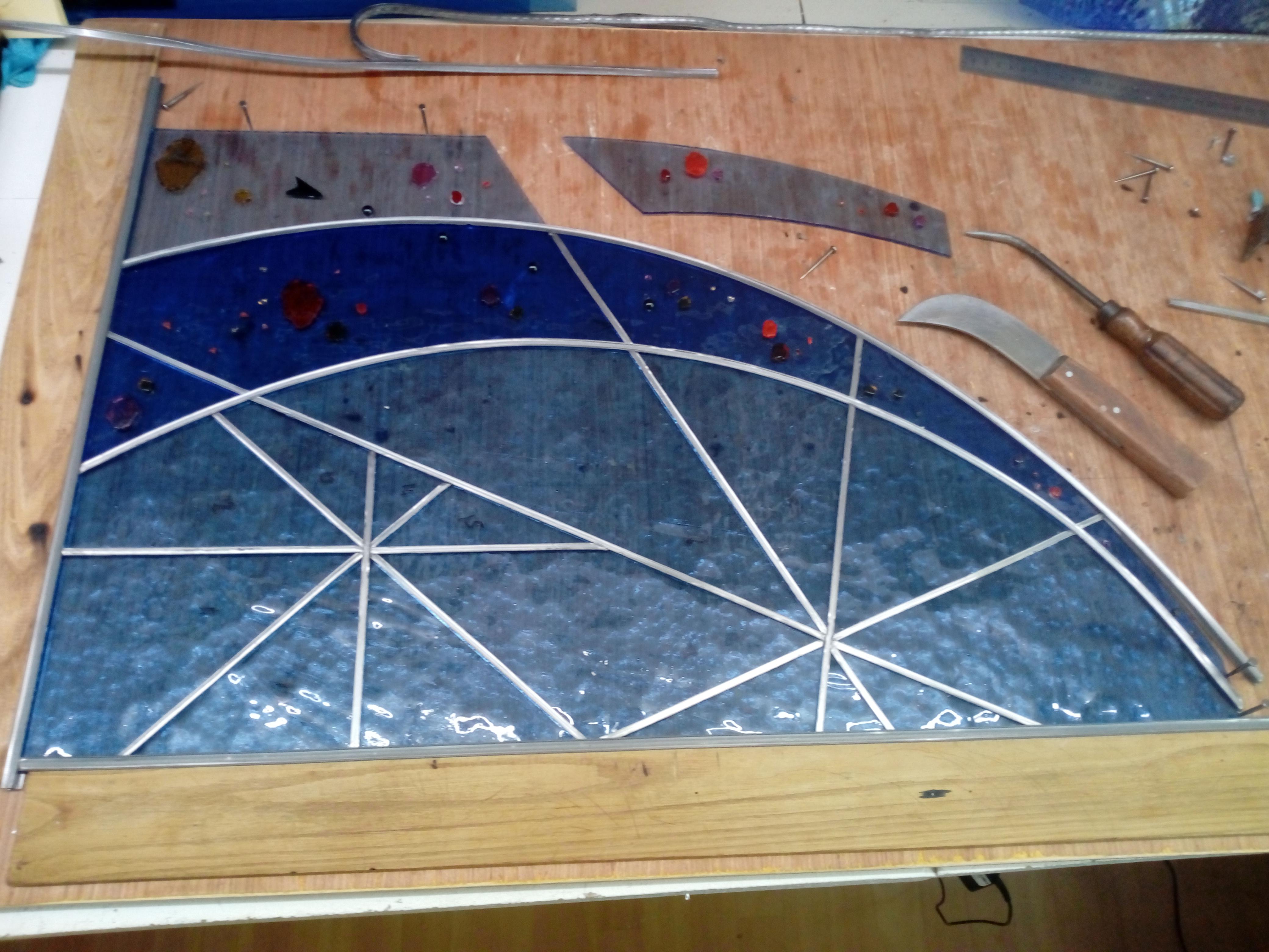 Montage du vitrail dans l'atelier
