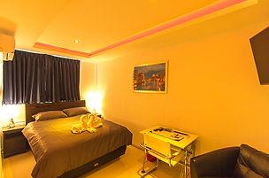 Schlafzimmer mit Doppelbett und indirektem Licht im Pattaya Bistro