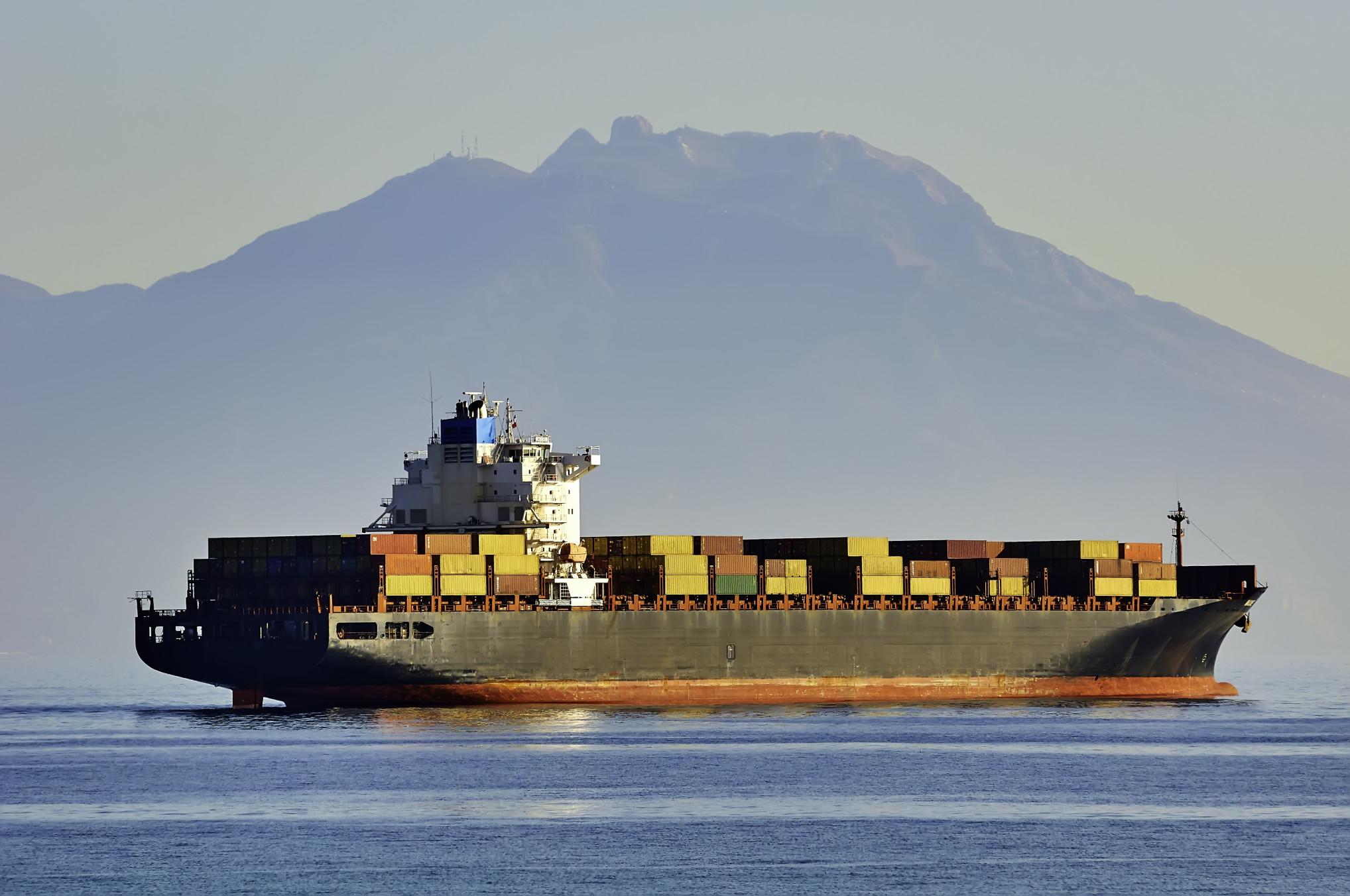 container-ship-in-the-sea_t20_v3AGlE.jpg