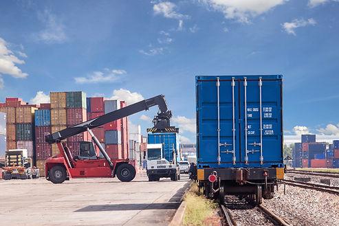 Chargement de marchandises en contenaires pour la transport de produits formation sécurité